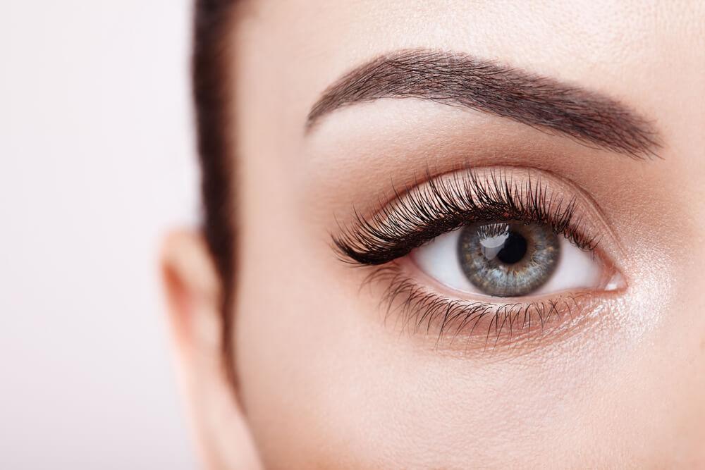 Hoe je wenkbrauwen vakkundig vorm geeft en je gezicht omlijst